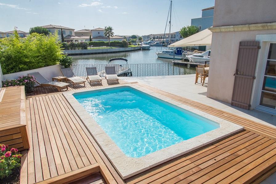 Majorque piscine coque contemporaine par lpc for Piscine coque loire 42