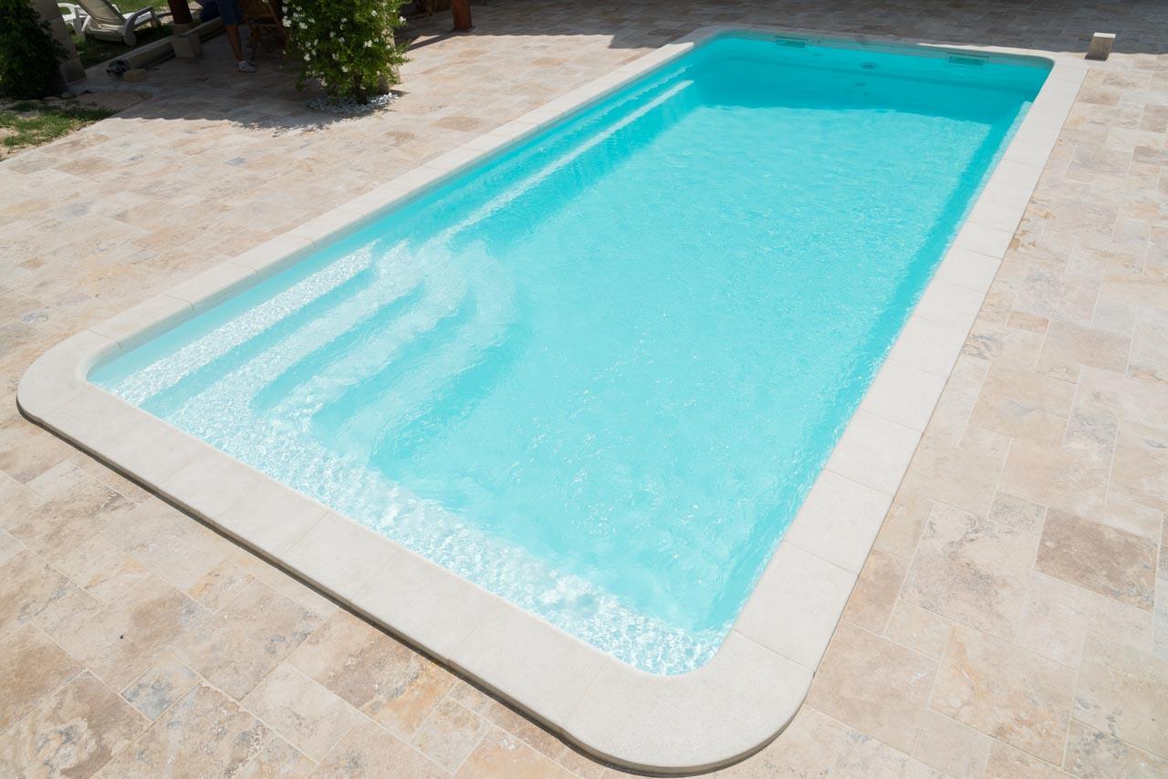 Bali piscine coque contemporaine par lpc for Piscine coque loire 42